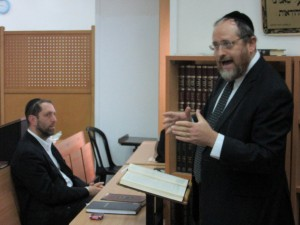 Rabbi Akiva Teichtal giving a shiur